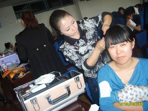我校老师受邀去四川大学讲座化妆.
